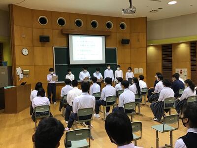 2年生は学級ごとに発表。学級委員がまとめ役。